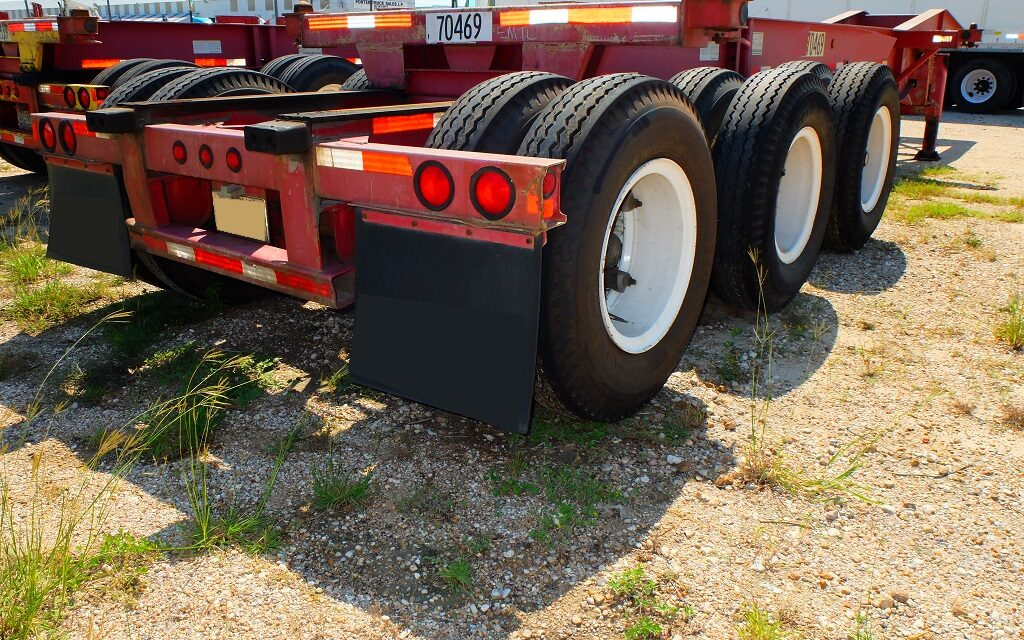 https://innovaindustries.com/wp-content/uploads/2017/10/070469-20-ft.-tri-axle-slider-chassis-2-lr-1-1024x640.jpg